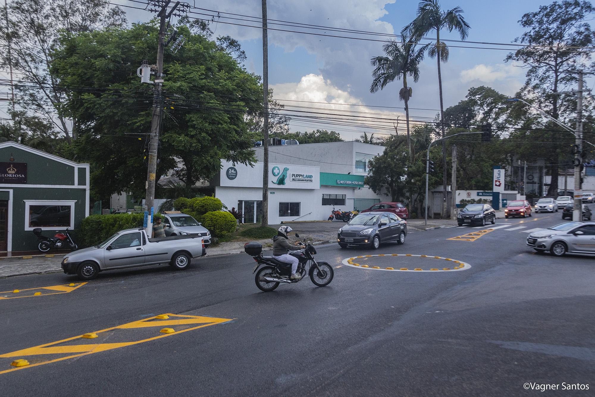 Settrans instala rotatória no encontro da São Camilo com a José Felix, na Granja Viana