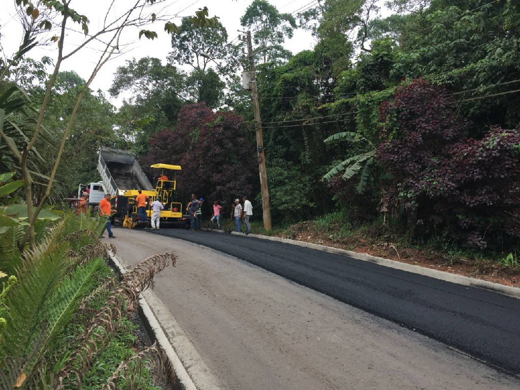 Prefeitura inicia a pavimentação da rua dos Mognos, no Recanto Verde