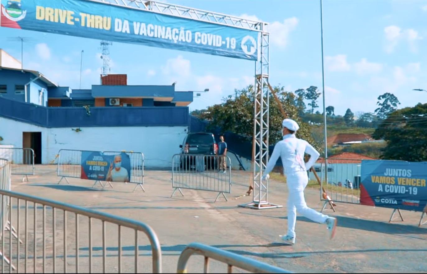 Polo de vacinação contra a Covid-19 de Cotia é cenário do novo videoclipe da Falamansa