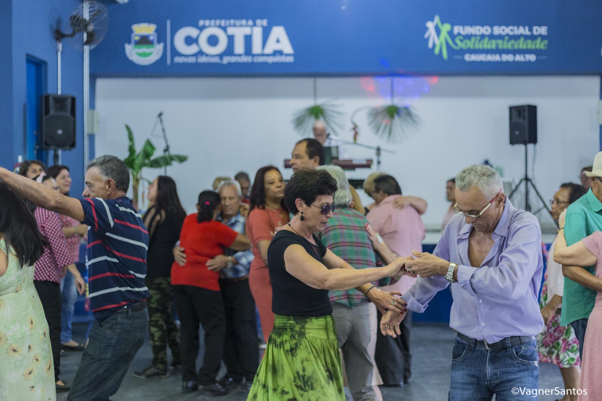 Baile do Hawaii foi o tema da festa da Melhor Idade, no FS de Caucaia